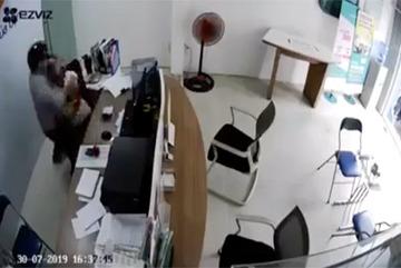 Truy bắt kẻ kề dao uy hiếp nữ nhân viên cửa hàng sim thẻ để cướp