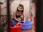 GÂY LÚ: Cô gái khiến 99,99% người nhìn sốc vì tưởng mặc mỗi đồ lót ngồi giặt quần áo