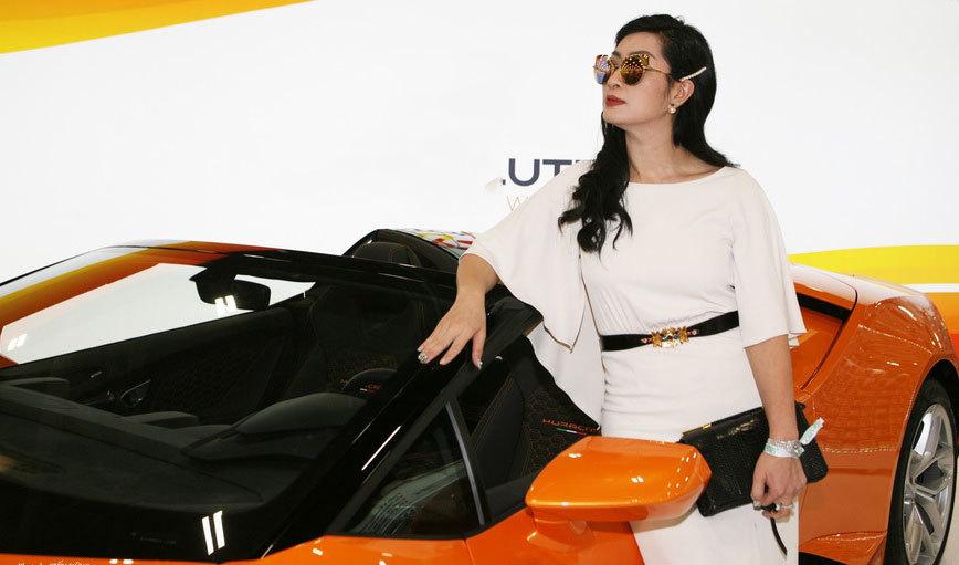 Nguyễn Hồng Nhung đi xe 16 tỷ, khoe vừa nhận cát xê 2 tỷ đồng