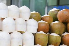 Dừa trắng nõn nhờ tẩy bằng hóa chất bán đầy đường ở Sài Gòn