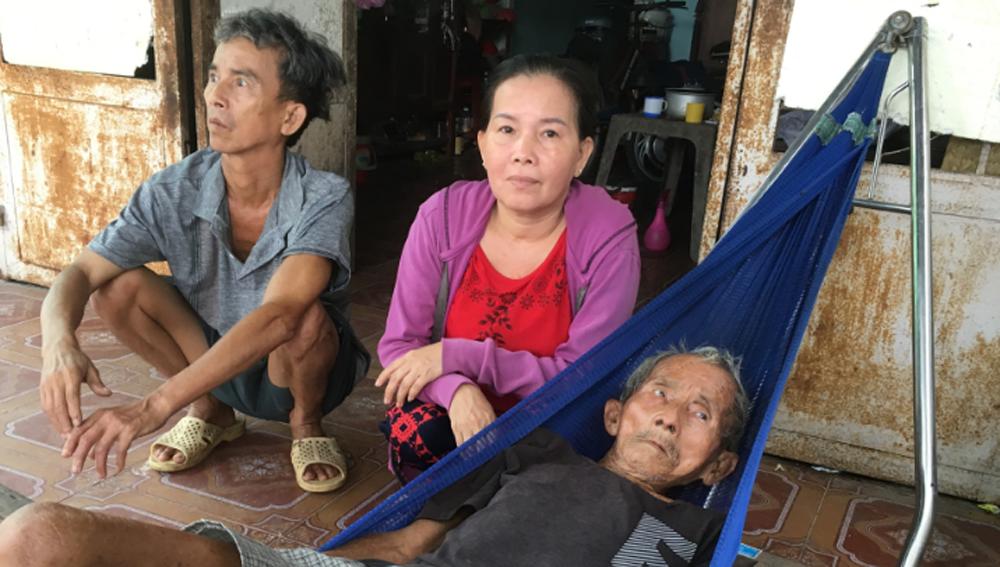 Cụ ông cắt cỏ ở Sài Gòn, một đời vất vả, 90 tuổi vẫn nặng nợ cháu con