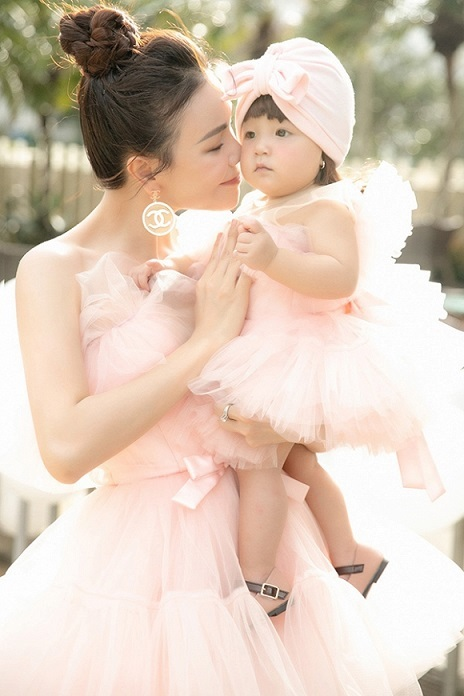 Trà Ngọc Hằng bật khóc khi lần đầu công khai con gái một tuổi
