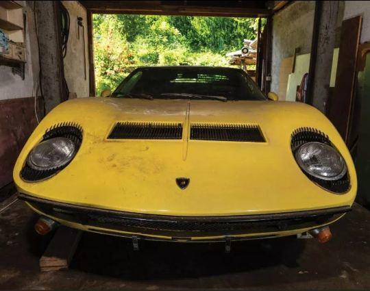 Siêu xe Lamborghini cổ phủ bụi nhiều năm rao giá gần 30 tỷ
