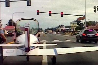 Video máy bay hạ cánh khẩn giữa đường tấp nập xe cộ