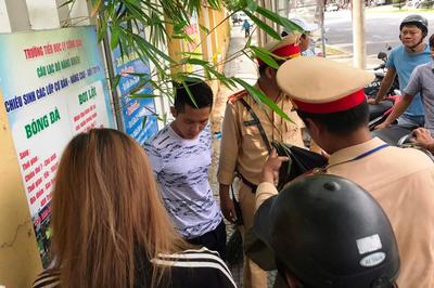 Bị dừng xe, thanh niên chở bạn gái rồ ga tông thượng úy ở Đà Nẵng