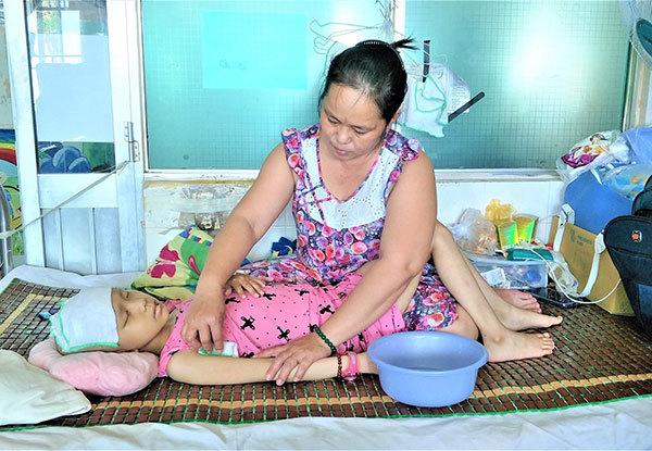 Mẹ chết điếng nghe con gái hỏi: Bệnh con có chết không mẹ?