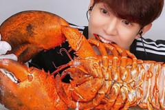 Chi 300 USD ăn tôm hùm khổng lồ 7 kg, càng lớn hơn bàn tay
