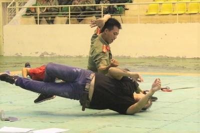 Xem chiến sĩ công an dùng võ chống lại đám đông tội phạm