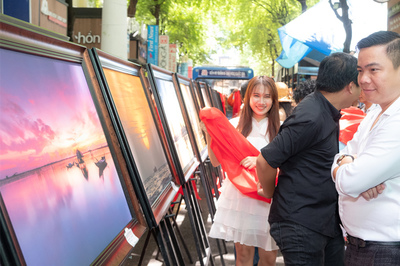Đạo diễn 'Oan nghiệt' lấy tiền triển lãm ảnh giúp đỡ giới nhân viên hậu đài