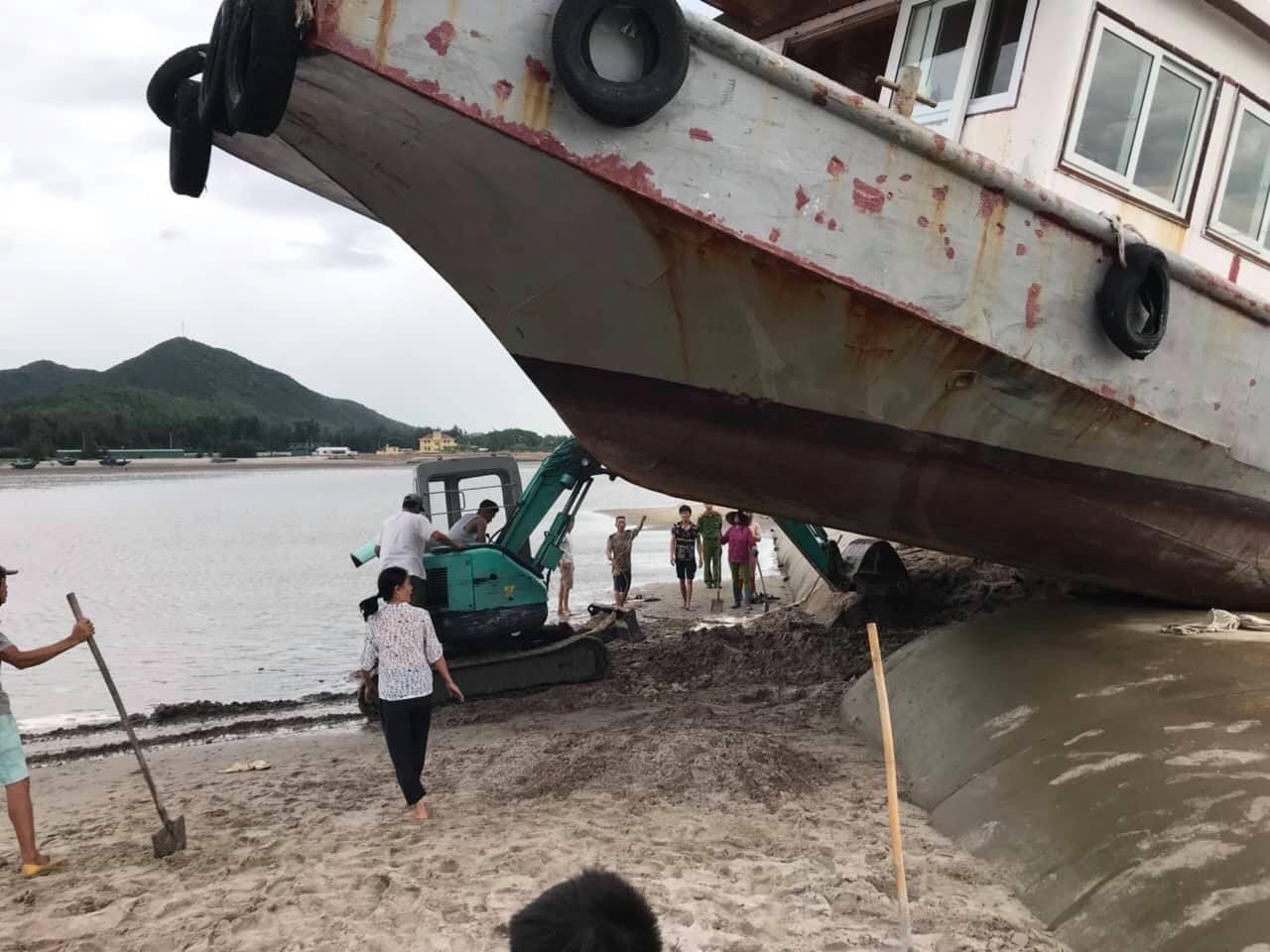 Lo chạy tránh bão số 3, tàu khách Quảng Ninh chồm lên đê rồi mắc kẹt