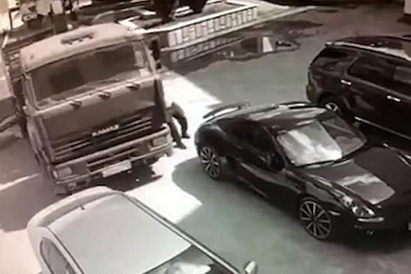 Tài xế dùng tay không chặn xe tải hỏng phanh tông xe con