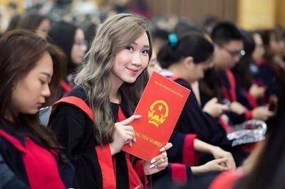 Hot girl Lào gốc Việt khoe ảnh tốt nghiệp Học viện Ngoại giao