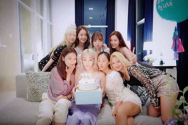 SNSD tụ họp đủ 8 thành viên để mừng sinh nhật Tiffany
