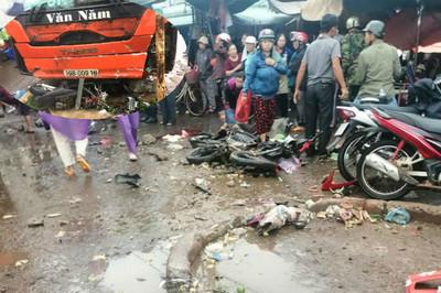 Xe khách lao vào chợ tông chết 4 người, tài xế khai phanh gấp tránh xe máy