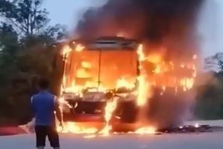 Xe giường nằm chở 30 khách cháy đùng đùng trên quốc lộ ở Bình Thuận