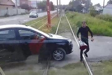 Chặn đứng xe điện để tặng hoa người đẹp