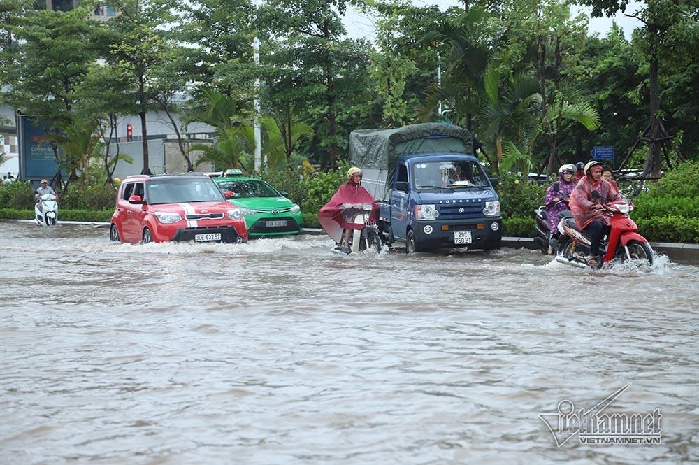 Quý cô cùng loạt siêu xe 'lướt sóng' giữa biển nước Hà Nội