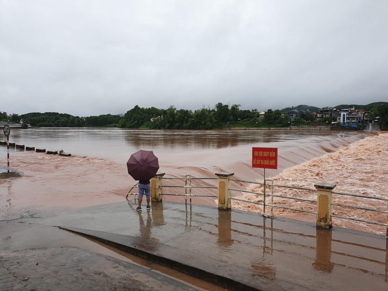 Video lũ cuồn cuộn trên sông ở Quảng Ninh, đắm 2 thuyền hàng