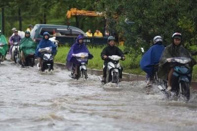 Đại lộ Thăng Long ngập như sông, xe chết máy nối nhau chờ nước rút