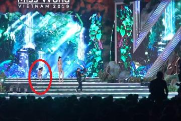 Ngọc Thoa mặc bikini ngã sấp mặt trên sân khấu Miss World Vietnam 2019