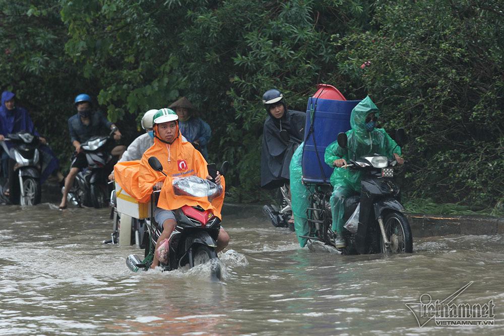 Xế hộp 'vượt lũ', người người đắp đê trên đại lộ hiện đại nhất Việt Nam