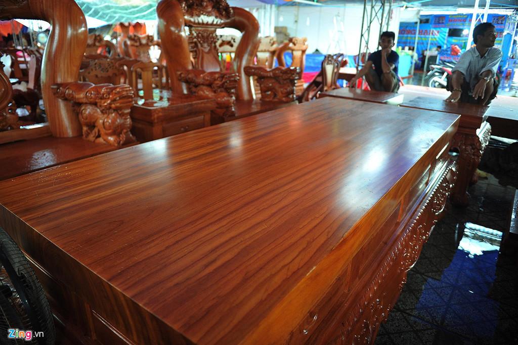 Bộ bàn ghế 1,5 tỷ trơ trọi dưới mưa lớn ở miền Tây