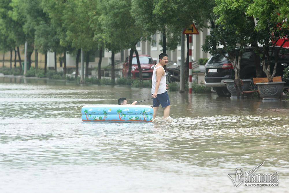 Biển nước 'bao vây' khu biệt thự triệu đô ở Hà Nội
