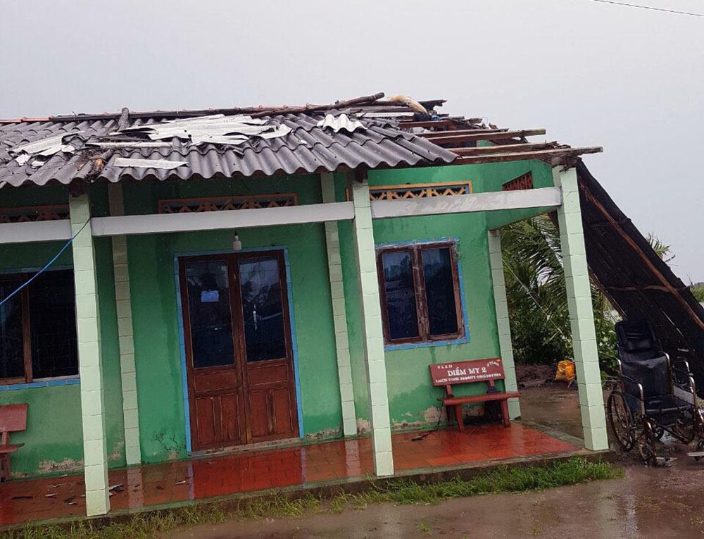 Mưa to lốc xoáy giật đùng đùng, quật tung nghìn ngôi nhà ở miền Tây