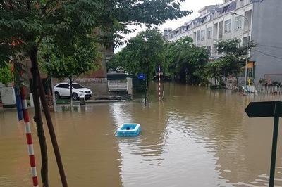 Nhà giàu Hà Nội thả phao vượt lũ, tối mặt vật lộn trong biển nước