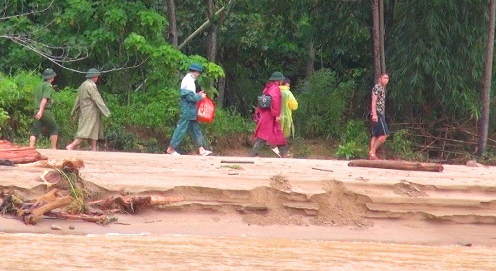 Cảnh sát lái ca nô đưa nạn nhân vượt vùng lũ dữ ở Thanh Hóa