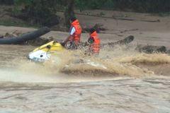 Vượt lũ cứu người, ca nô công an Thanh Hóa lật úp giữa sông