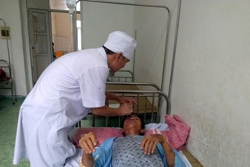 Rescuers approach isolated villages of Thanh Hoa