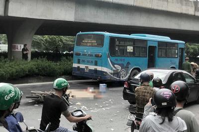 Quệt vào xe buýt, người đàn ông đi xe máy bị cán chết ở Hà Nội