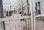 Ném vật liệu xây dựng chống người thi hành công vụ, 2 người bị tạm giữ