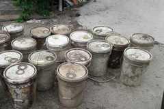 28 thùng chứa chất lạ khiến nước kênh ở Hải Phòng đổi màu