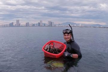 Giám đốc mê mò mẫm đáy biển nhặt lon bia, vớt rác ở Đà Nẵng