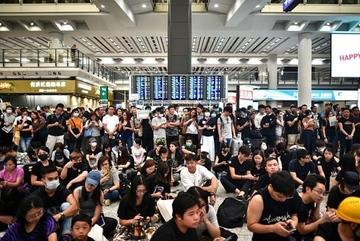 Nhân viên đình công, sân bay Hong Kong hỗn loạn
