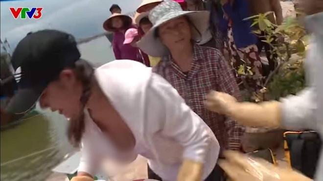 Dàn mỹ nhân Việt gặp sự cố trang phục, hớ hênh trên sóng truyền hình