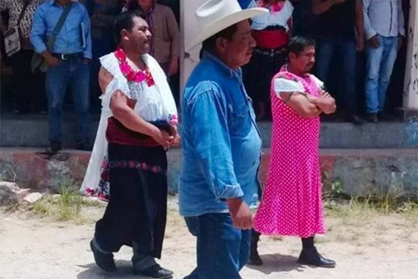 Thất hứa với cử tri, nam thị trưởng bị bắt mặc váy diễu phố