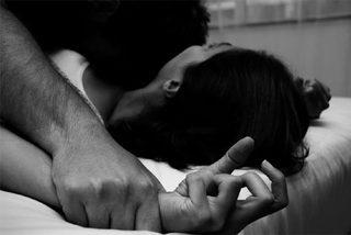 Thua bạc, chồng nhẫn tâm để bạn cưỡng hiếp vợ