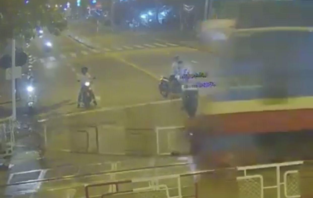 Giây phút người đi xe máy lao vào đoàn tàu ở Đồng Nai