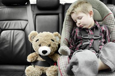 Vì sao người lớn có thể bỏ quên trẻ nhỏ bên trong ôtô?
