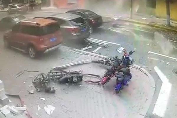 Khoảnh khắc kinh hoàng khi quán mì nổ tung ở Trung Quốc