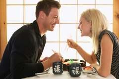 Cách ứng xử lịch sự trên bàn ăn ở buổi hẹn đầu tiên