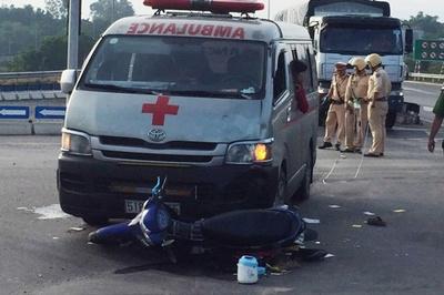Xe cứu thương chở quan tài tông xe máy ở Đà Nẵng, 2 người nguy kịch
