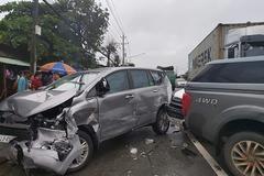 5 xế hộp bị xe container tông dồn toa trên quốc lộ ở Bình Dương