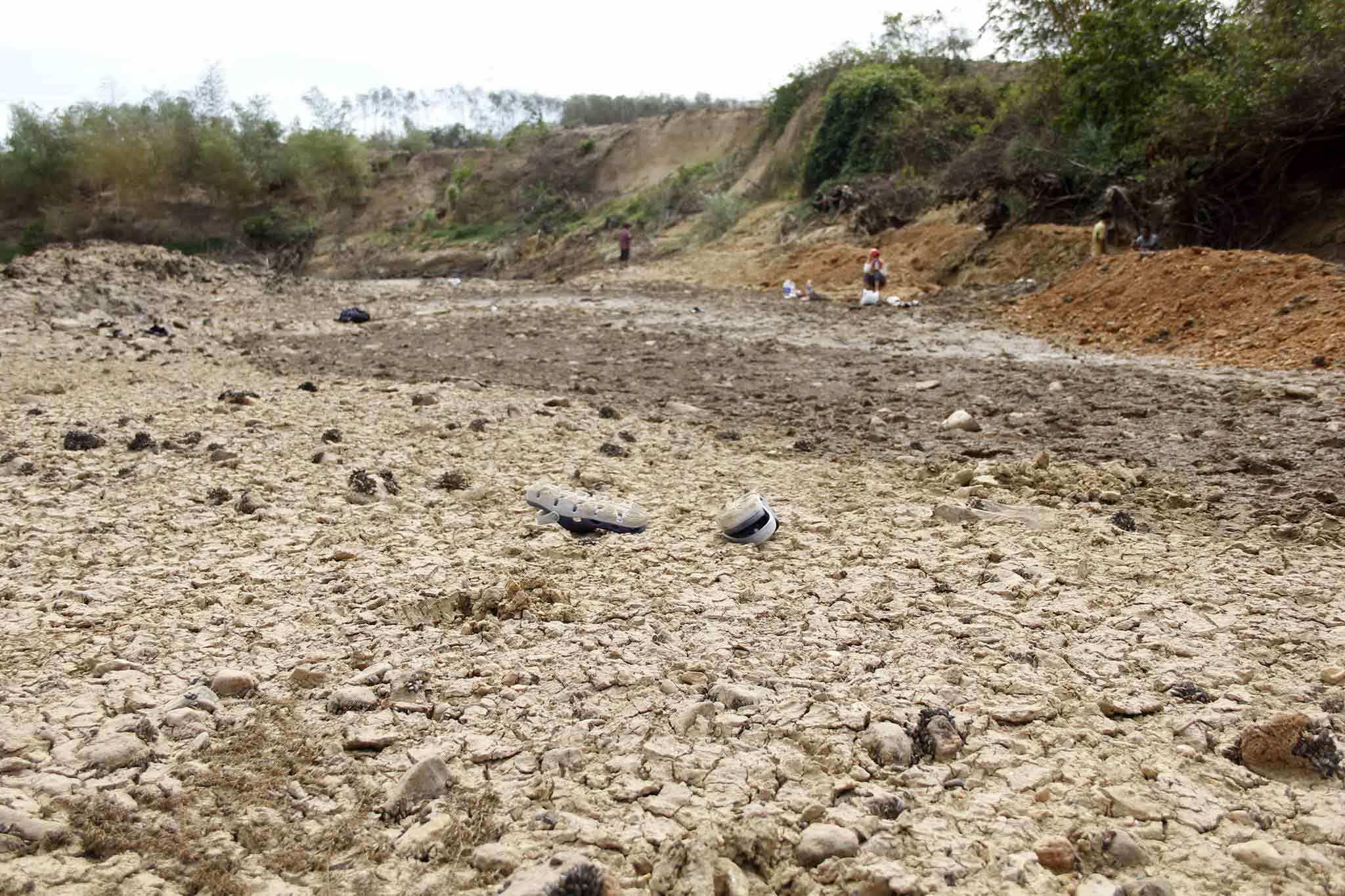 Khô hạn kéo dài, Quảng Trị huy động trăm người nạo vét sông tìm nước