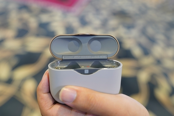 So sánh tai nghe không dây Apple AirPods với đối thủ Sony WF-1000XM3