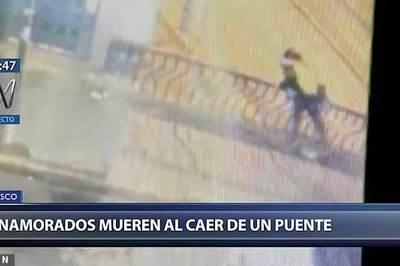 Video mải hôn nhau, đôi trai gái rơi từ trên cầu xuống đất