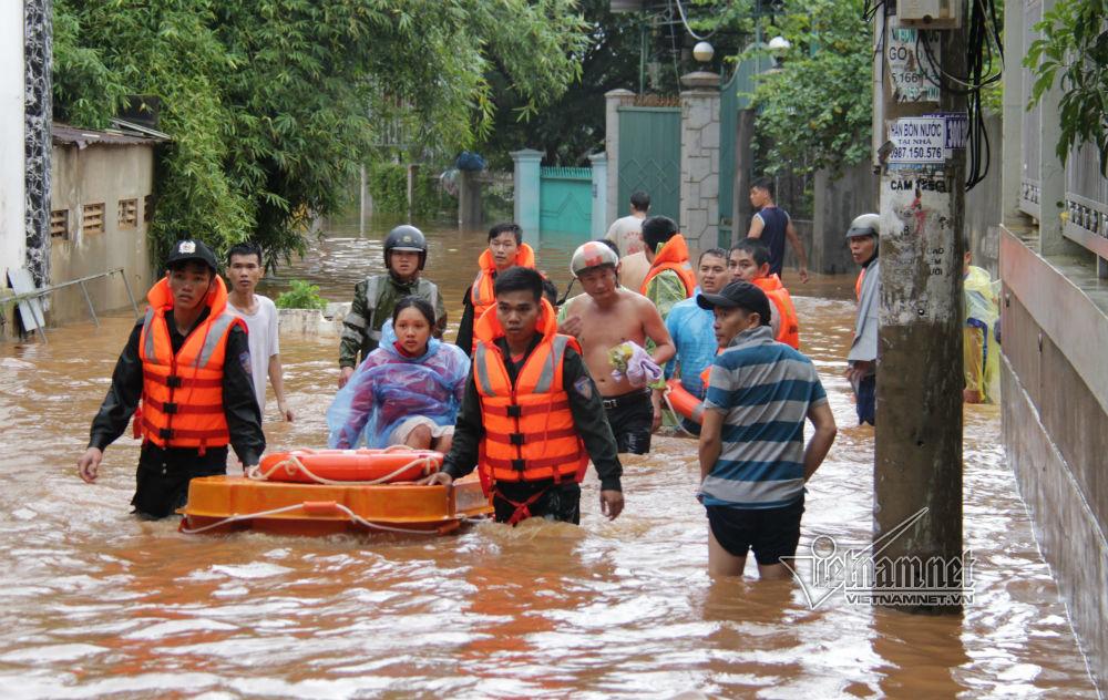 Clip công an, bộ đội cõng dân trong nước lụt tận cổ ở Đắk Lắk